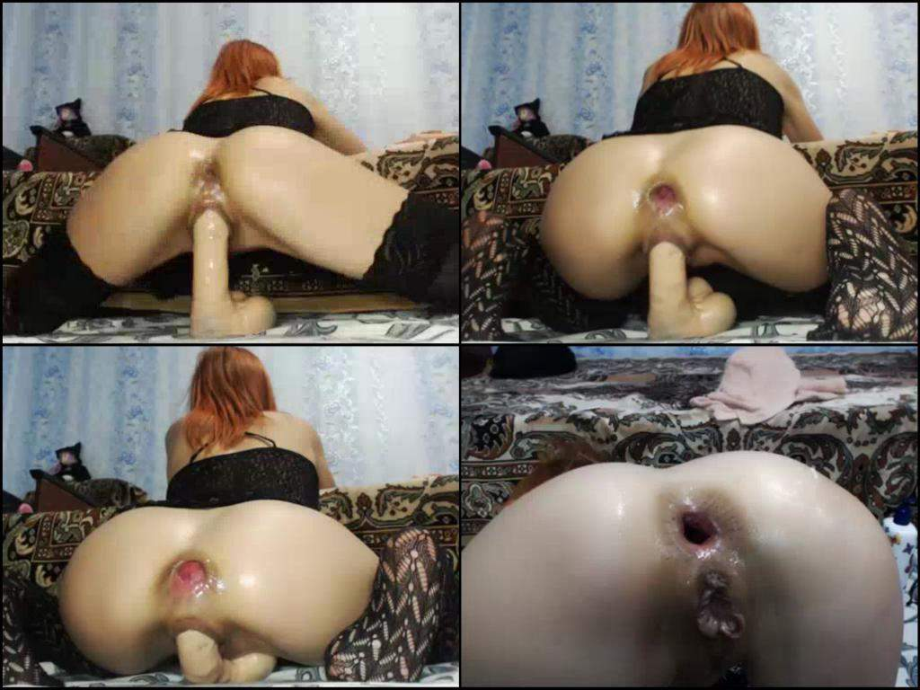 Webcam girl insert a bottle inside her pussy