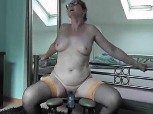 Amature wife using a fuck machine