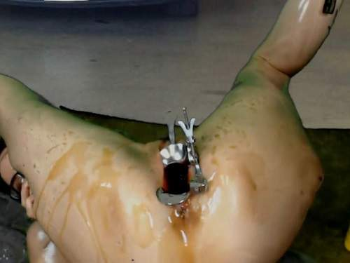 Engine oil in pussy,oil in speculum cunt,speculum pussy,amateur double dildo fuck,double penetration