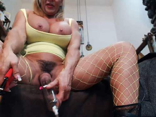 Musclemama4u fucking machine sex and big clit pump