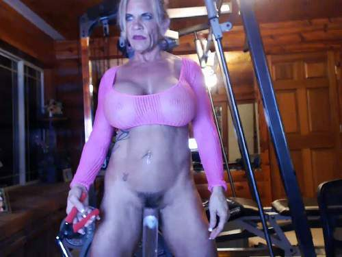 Musclemama4u vaginal pump and self fucking machine porn